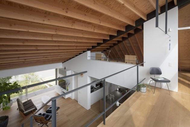 Slnečný a priestranný dom so zaujímavým riešeným šikmým stropom ponúka skvelé využitie.