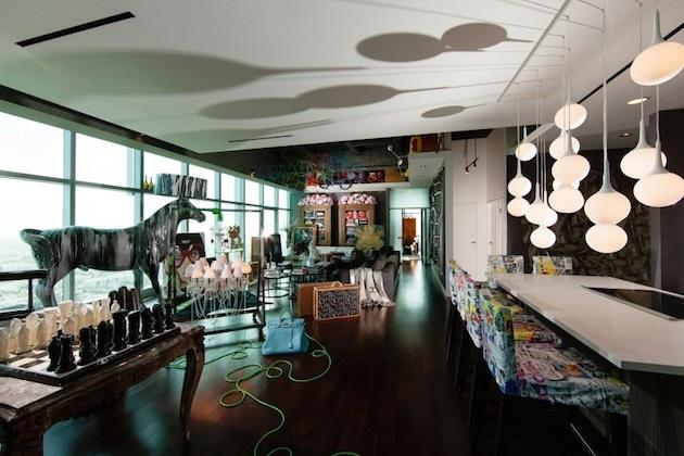 Lampy predstavujú pouličné svetlá – večerné Los Angeles. Stoličky sú farebné s bielym podkladom, ako popísané biele plátno. Gýčovitý raz dopĺňa veľká socha koňa, obrovské šachové figúrky na šachovnici, plyšové hračky Hello Kitty i farebná dekorácia na strope. To všetko na tmavom podklade podlahy a nábytku.
