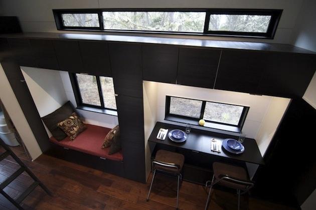 """Pohľad z hora na """"jedáleň"""". Obloženie je tmavé v kontraste s bielou stenou."""