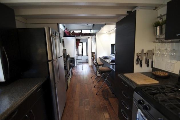 V kuchyni nechýba vysoká chladnička, sporák, kuchynská linka …