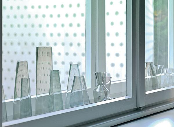 Okno – vitrína. Vdome sa zachovali dvojité okná, ktoré sa dajú využiť na vystavenie pekných drobností, napríklad zbierky váz zpäťdesiatych rokov minulého storočia.