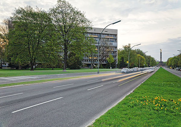 Popred bytový dom postavený podľa projektu Oskara Niemeyera vedie jedna zdôležitých berlínskych dopravných tepien, ktorá prechádza aj cez park Tiergarten avyúsťuje do veľkej hviezdicovitej križovatky pri Víťaznom stĺpe.