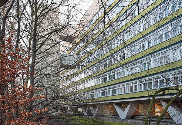 Niemeyerova poézia zbetónu Osemposchodovú budovu lemovanú stromami charakterizujú dva zvláštne architektonické prvky – podnož zbetónových podpier vtvare písmena Vavýťah umiestnený vosobitnej veži zdobenej kruhovými otvormi. Možno sa do nej dostať cez krytý mostík na prízemí asbudovou je spojená dvoma visutými mostíkmi, na piatom aôsmom poschodí.