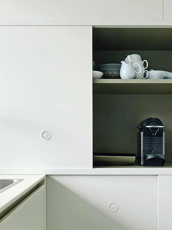 Svetlomodrý úlovok. Karen Rombergovej sa podarilo zozbierať kompletnú súpravu svetlomodrých kávových šálok atanierikov Thomas značky Rosenthal zpäťdesiatych rokov.