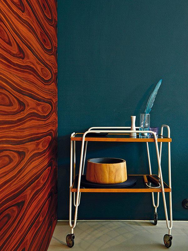 Modrá, hnedá asivá – elegancia zpolovice minulého storočia. Väčšina nábytku adoplnkov pochádza zobdobia výstavby Hanzovej štvrte.
