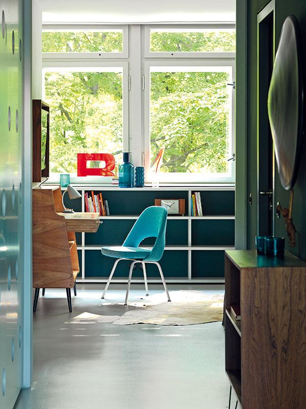 Pohľad zchodby do väčšej zdvoch spální vzadnej časti bytu, ktorú možno využívať aj ako pracovňu.