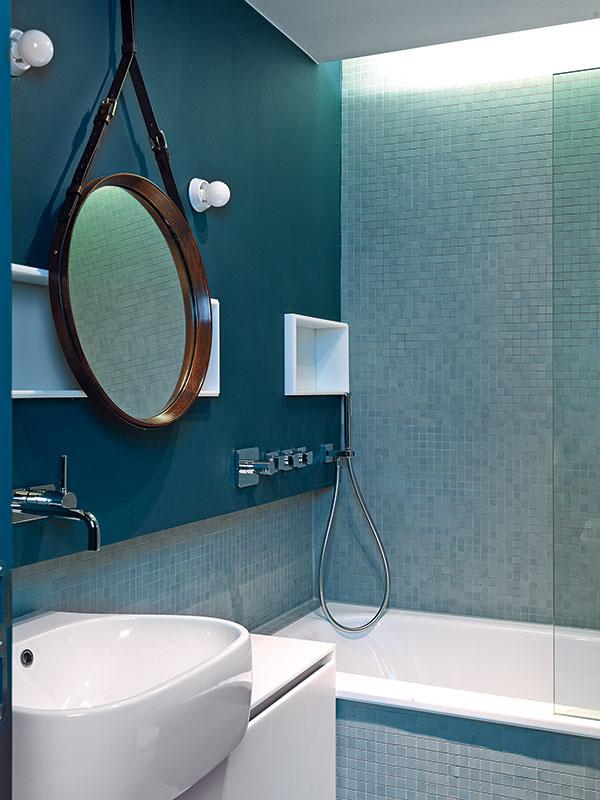 Zrkadlo vkoženom ráme (Gubi) vytvoril vroku 1950 Jacques Adnet, dizajnér známy luxusnými návrhmi vštýle art déco alegenda francúzskej moderny.