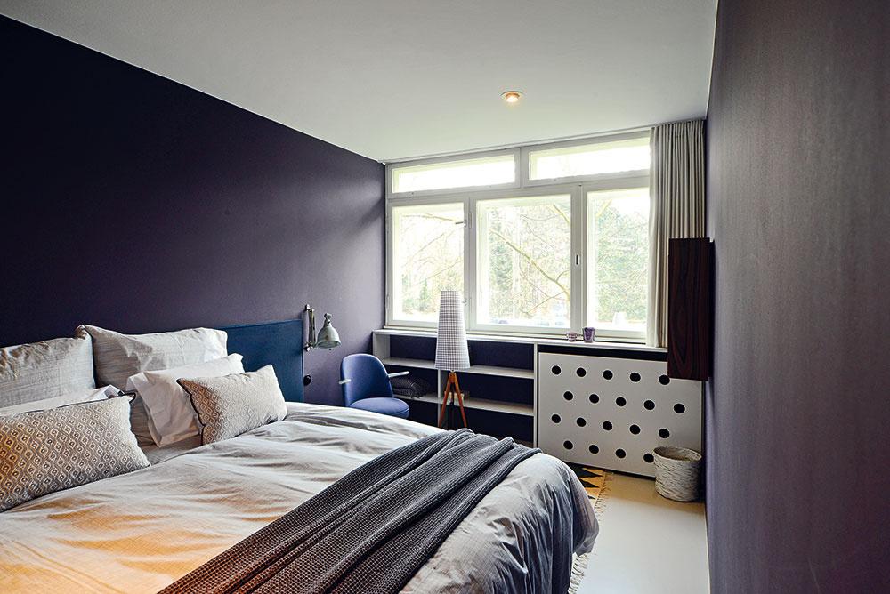 Fialová spálňa. Druhá zo spální je ladená vodtieňoch fialovej. Zariadená je overenou klasikou – veľkým dvojlôžkom. (posteľ: Fennobed; posteľná bielizeň: Himla)