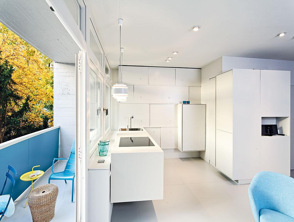 Kuchyňa susedí slodžiou aponúka úchvatný výhľad na park Tiergarten. Je modernou súčasťou moderného otvoreného priestoru, vybavenou vduchu dneška – vstavaným nábytkom alinkou zbieleho corianu, ktoré vyrobili podľa návrhu majiteľov – architektov.