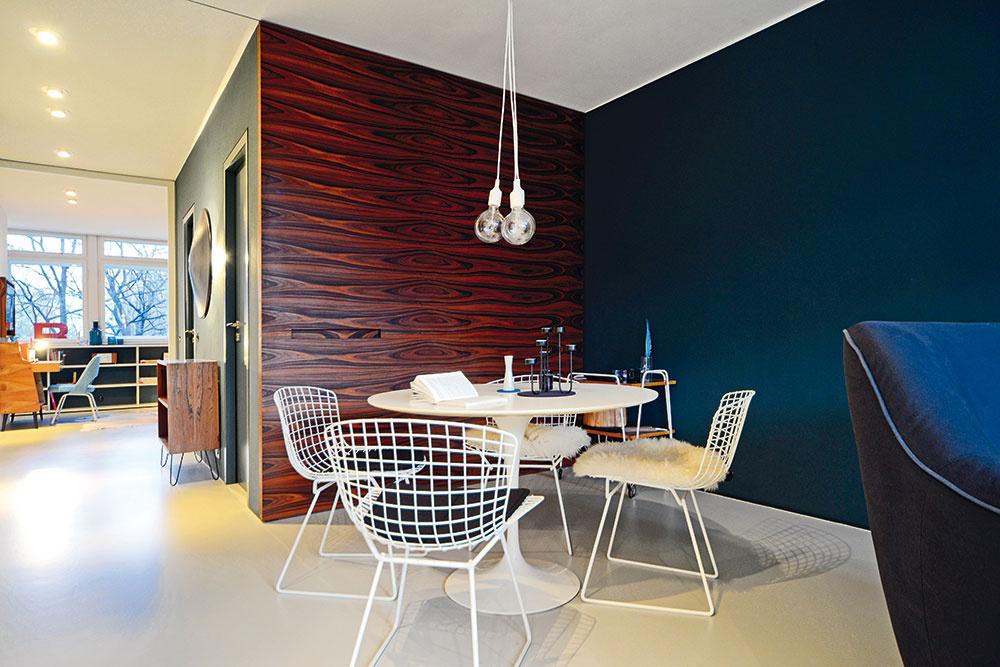 Celý byt je zariadený vštýle dizajnérskej avantgardy päťdesiatych rokov – napríklad jedálenský stôl navrhol Eero Saarinen, stoličky Harry Bertoia (oboje predáva Knoll). Rovnako ako kedysi, aj teraz je na dlážke linoleum (Forbo), pôvodnú tmavočervenú však nahradila svetlosivá (lampy E 27; predáva Muuto).