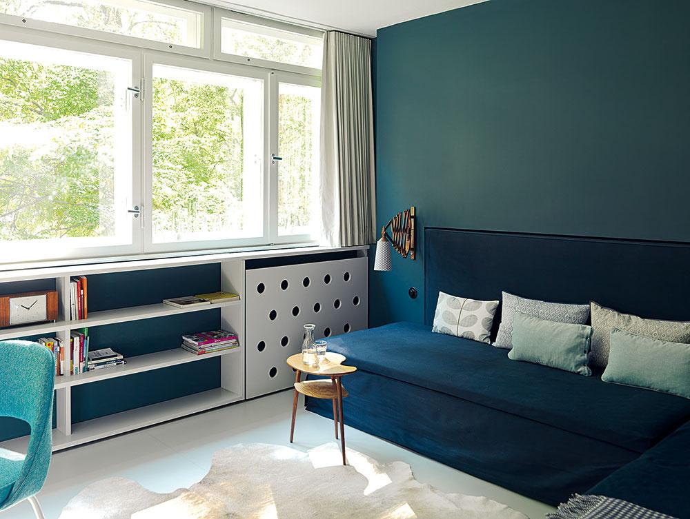 Vpracovni môže byť akási druhá obývačka alebo spálňa – modrá sedačka značky Fennobed sa dá rozložiť na dvojlôžko, prípadne ju možno využívať ako dve samostatné postele.