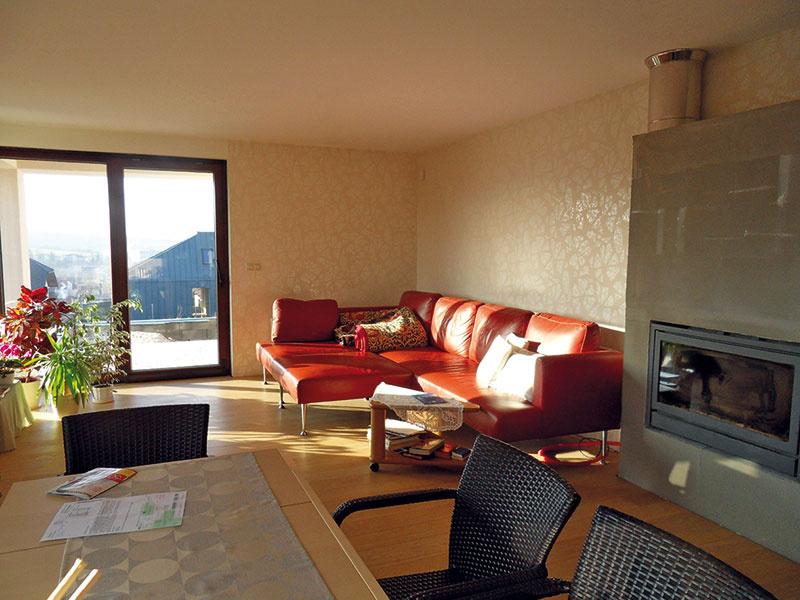 Pani Viera vcelom interiéri zvolila veľkoplošné drevené podlahy. Kým prízemie sa stalo jej domovom, vpodkroví je vybudovaný komfortný priestor pre hostí.