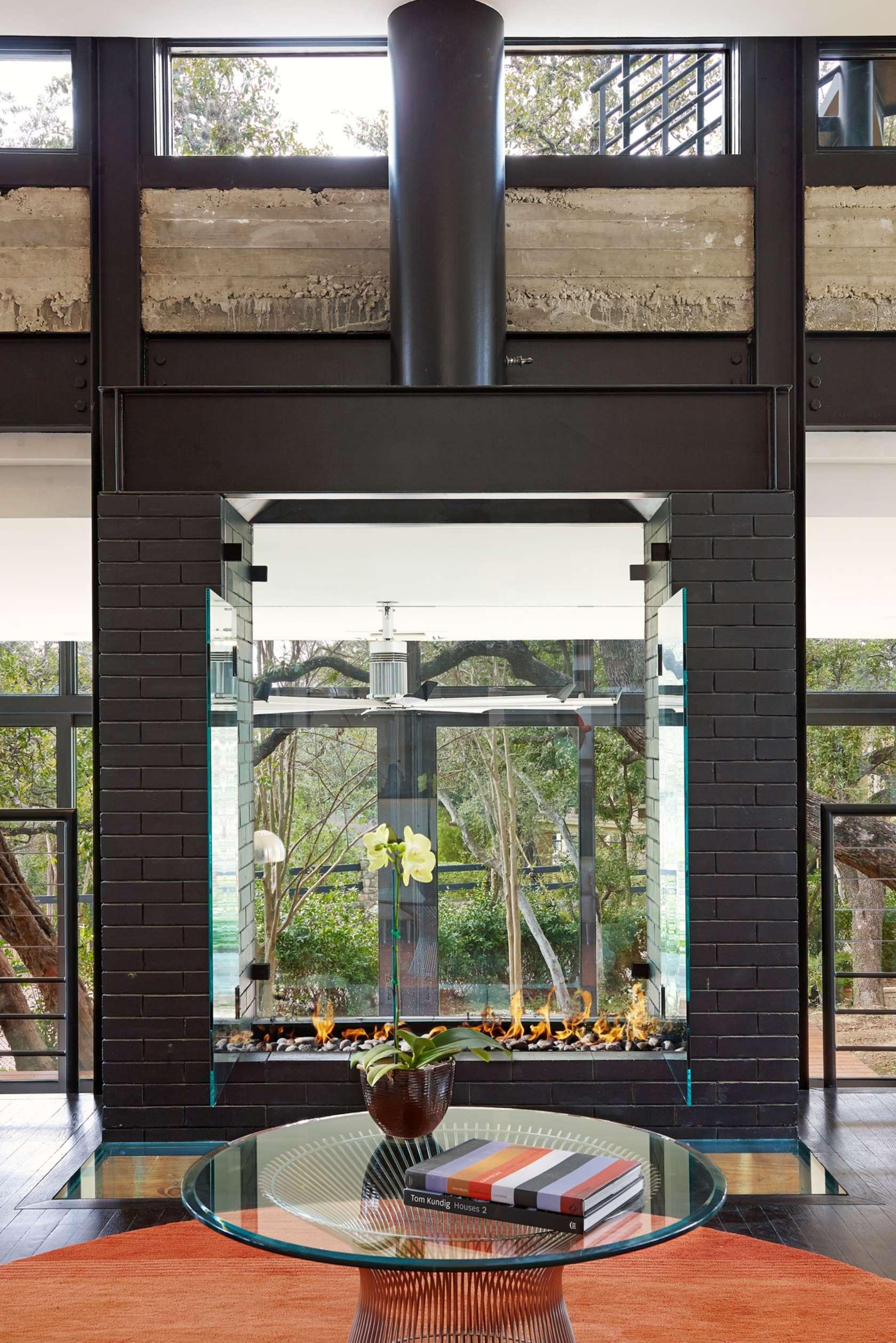 Kozub so zadnou sklenenou stenou dokonale zapadá do tohto skleneného achitektonického diela.