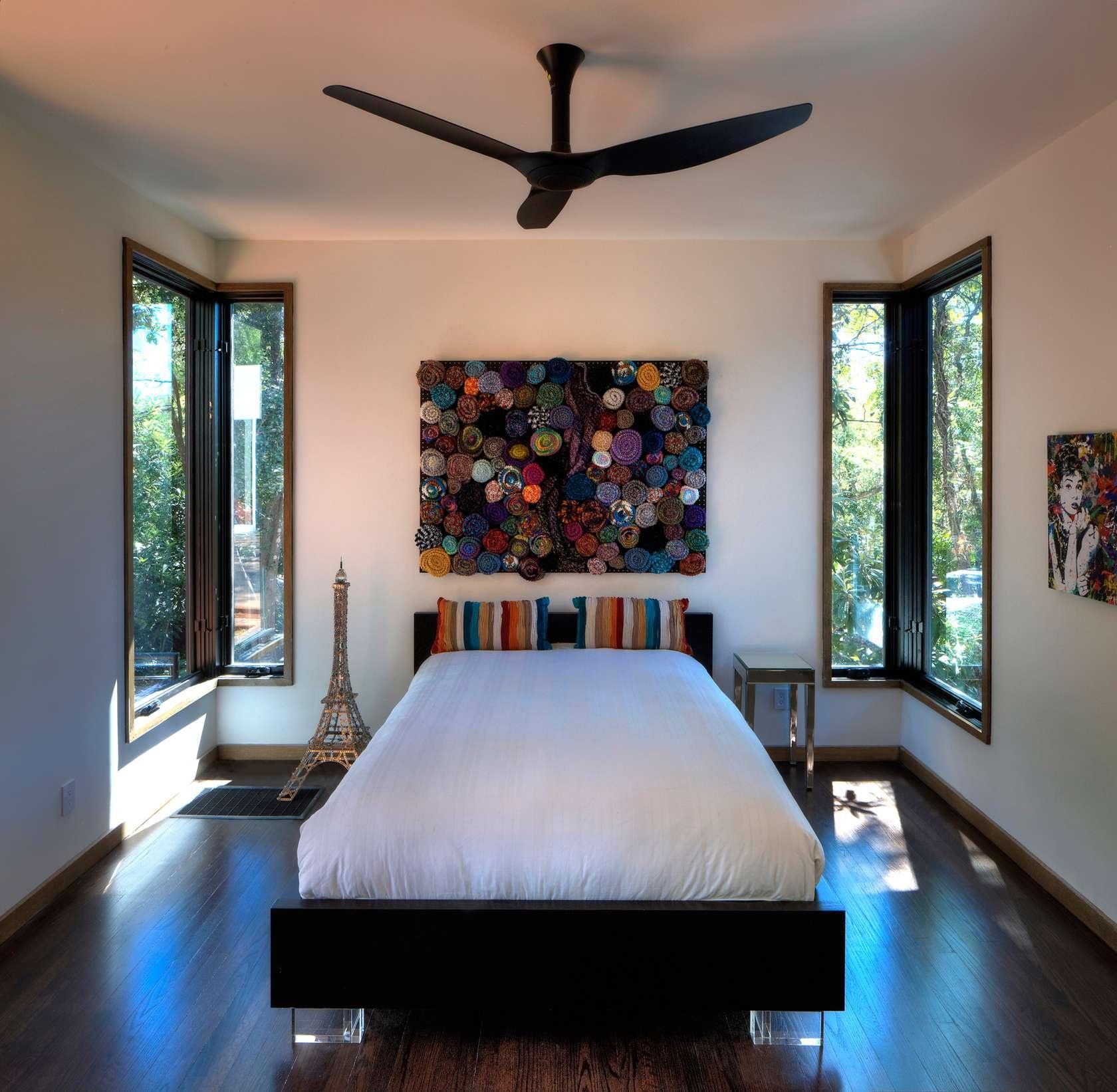 Ďalšia spálňa je tiež vystavaná z tých istých prvkov. Jednoduchého zariadenia a výrazných doplnkov - obrazov. V tomto prípade koláž z farebných vĺn a portrét Audrey Hepburnovej na pestro pomaľovanom pozadí.
