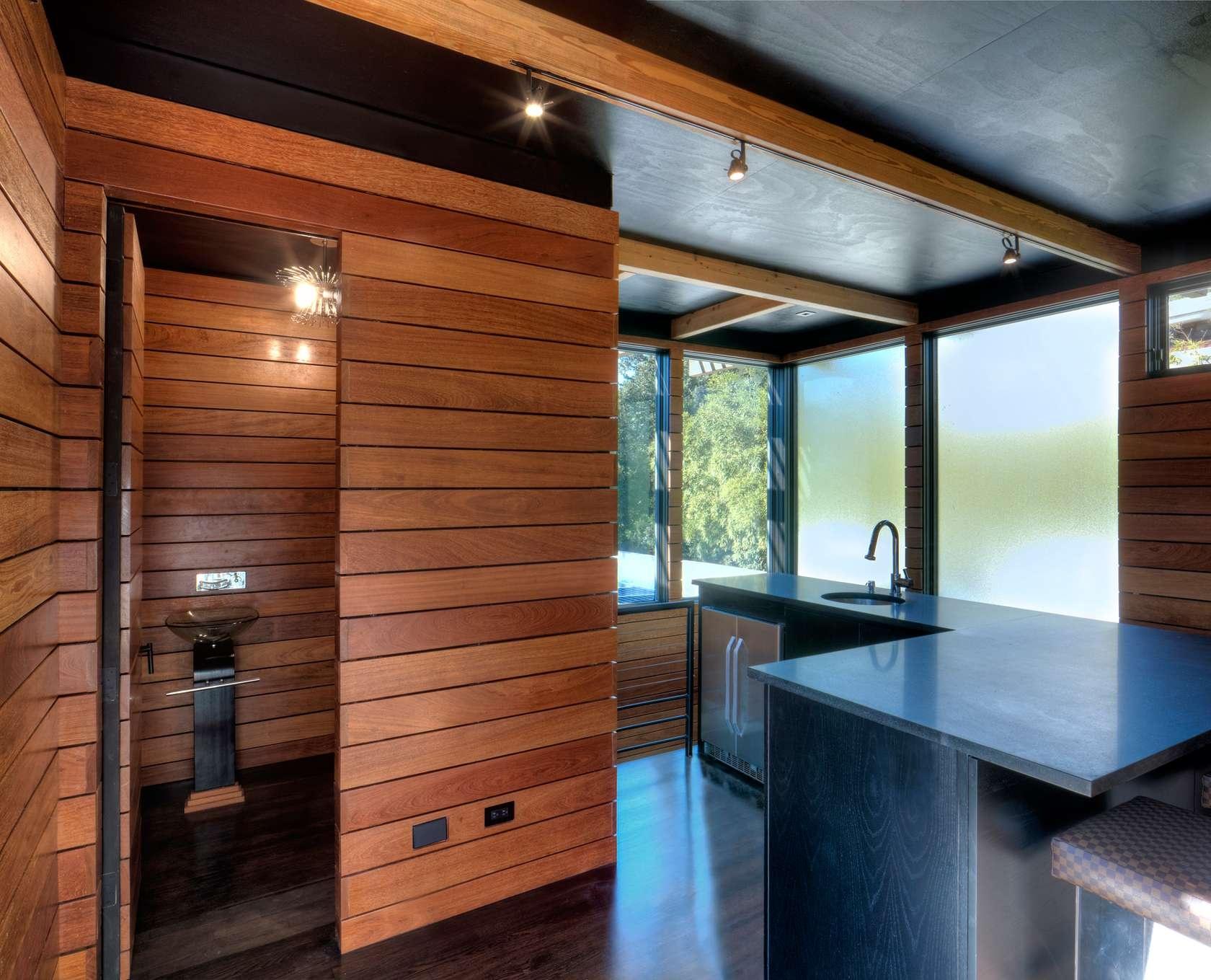 Kuchyňa a vedľa toaleta.