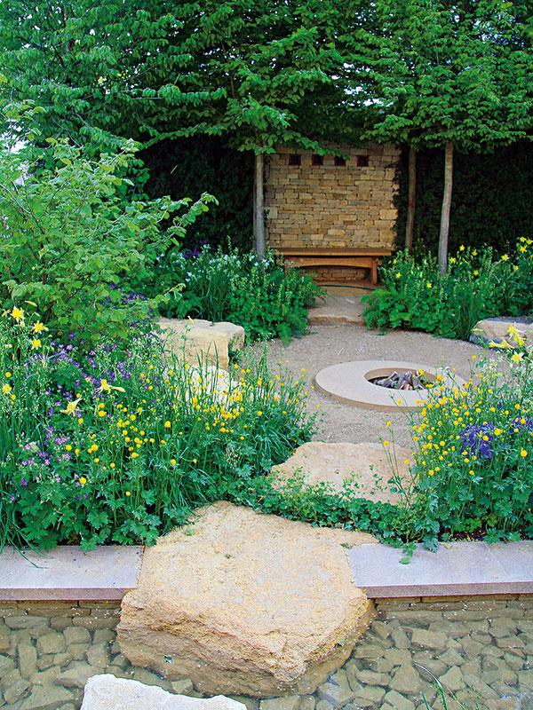 Uprostred záhrady je na neveľkej ploche vybudované ohnisko. Vedú knemu azároveň vodnú plochu pretínajú mohutne pôsobiace kamene.