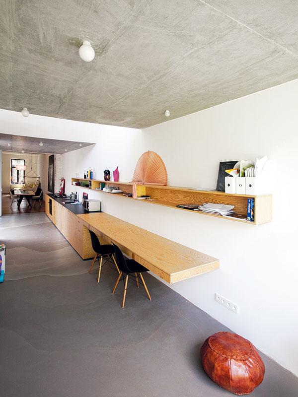Betón adrevo Drsné pôsobenie betónového stropu apodlahy zjemňuje nábytok zborovicovej preglejky. Všetok nábytok advere vnovej časti domu sú atypické, vyrobené na mieru.