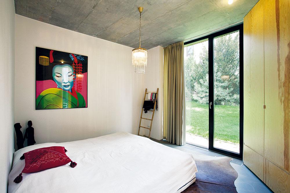 Exotické oživenie. Majitelia domu veľa cestujú – zciest si doviezli aj niektoré kusy zariadenia, exotické doplnky aobrazy, ktoré pôsobivo dotvorili interiér.