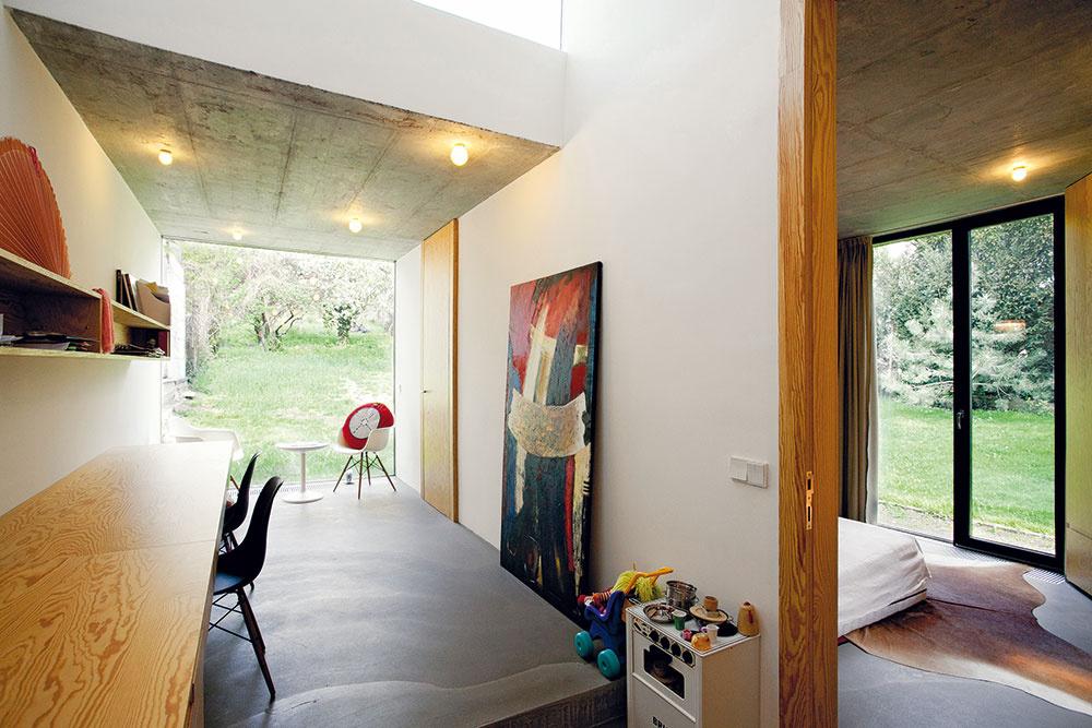 Spojenie interiéru novej časti domu sexteriérom bolo pre architektov mimoriadne dôležité. Dlhú dennú miestnosť ukončili sklenou stenou, vďaka výhľadu tak priestor akoby sa nekončil pracovňou, ale pokračoval až do záhrady.