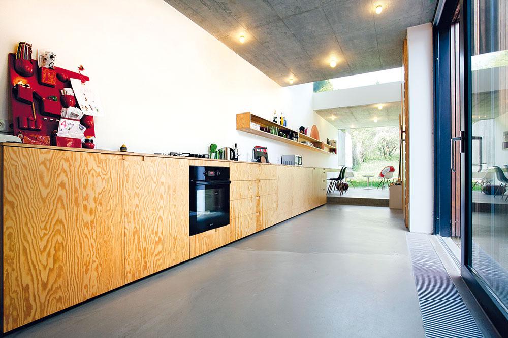 Jednotlivé zóny na seba vdlhom priestore nadväzujú prirodzene aplynule – obývačka prechádza do jedálne, pokračuje kuchyňou akončí sa pracovňou.