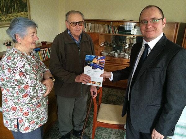 Mgr. Peter Slavkovský, riaditeľ oddelenia marketingu a servisu, odovzdal výhercom poukaz na víkendový pobyt v Tatrách.