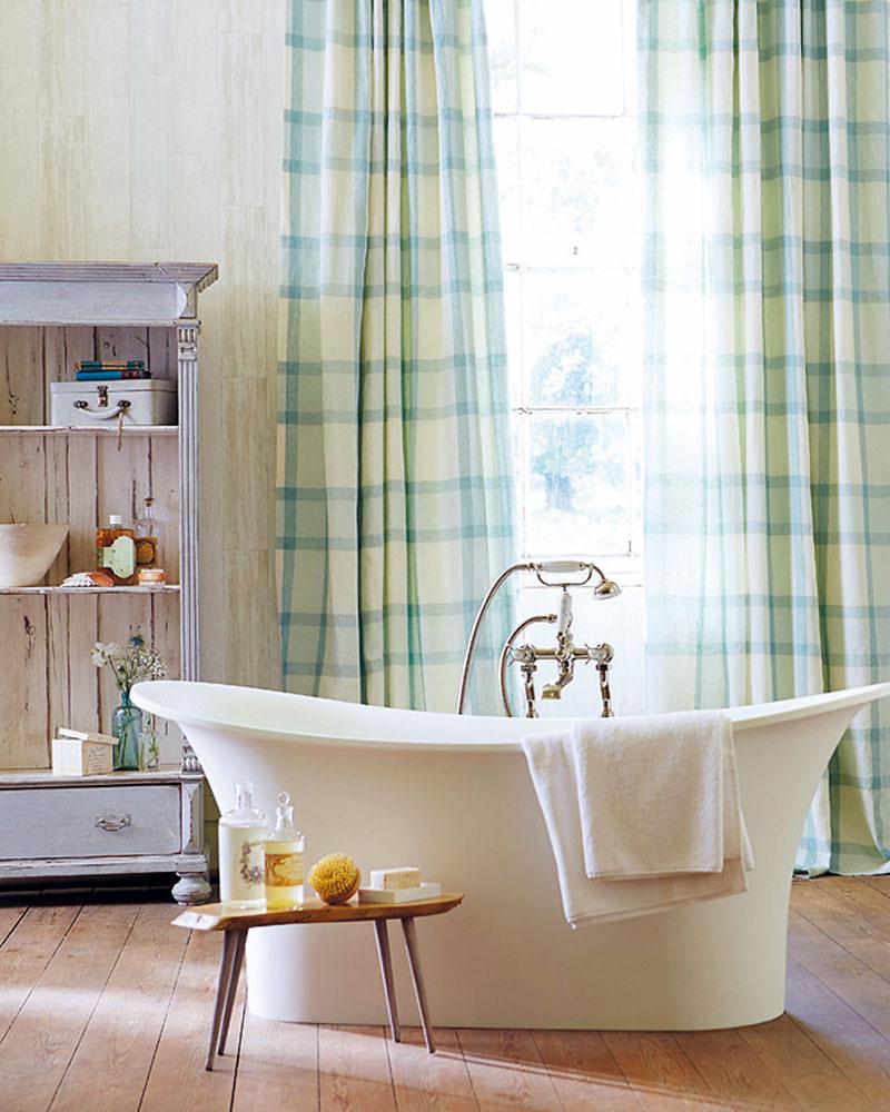 Vzory textílií zkolekcie spríznačným názvom Poetica od značky Harlequin inšpirované anglickým vidiekom akrajinou pomôžu kúpeľňu vyšperkovať do posledného detailu. (Predáva Cymorka Interior Design.)
