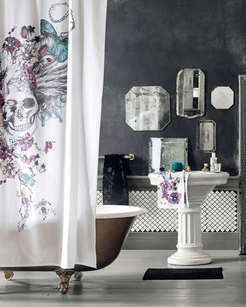 Textilné doplnky sodvážnymi vzormi grafických potlačí sú prvkom jednoznačne odlíšeným od historizujúcich foriem. Vniesli do elegantného čierno-bieleho priestoru farbu apríjemne ho spestrili. (Predáva H&M, Eurovea.)