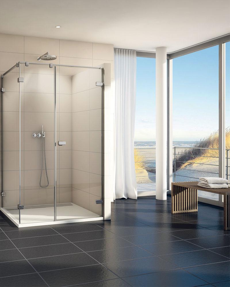 Dôsledná transparentnosť je typická pre nový rad bezrámových sprchovacích kútov Melia. V8-milimetrovom skle zapustené pánty sú vybavené zdvihovým mechanizmom, uľahčujúcim otváranie dverí. (Predáva SanSwiss.)