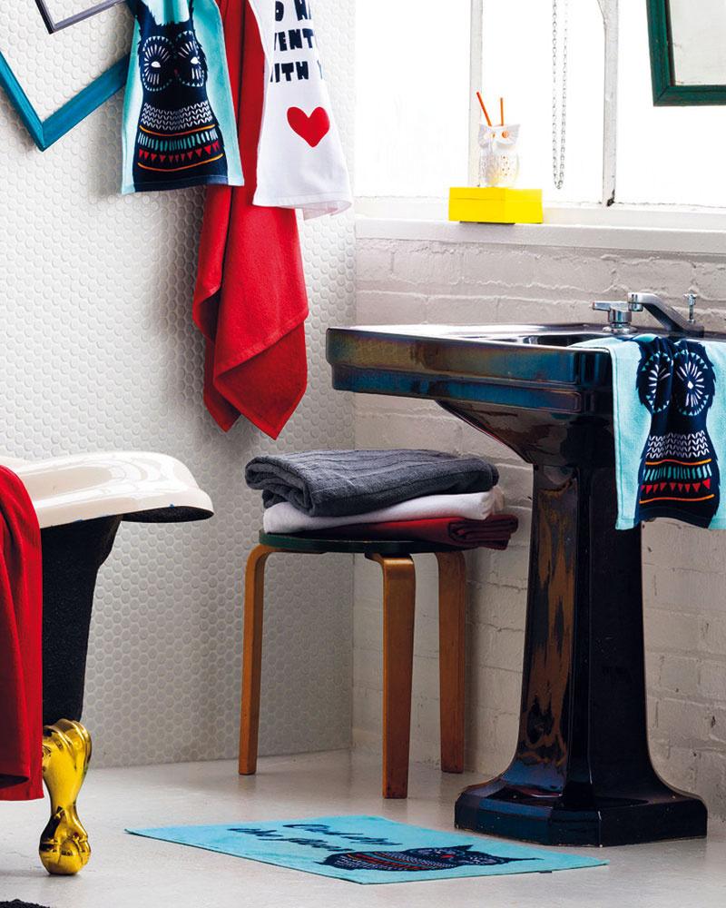 Svieža kombinácia svetlomodrej, výraznej červenej ažltej farby vsérii textílií adoplnkov značky H&M je jednou zmožností, ako vniesť prievan do klasickej či stereotypnej kúpeľne.