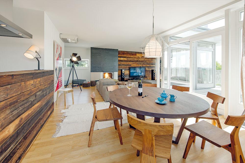 Prostredníctvom pultu sa kuchyňa otvára do centrálneho priestoru, vďaka čomu nepôsobí napriek obmedzenej ploche stiesnene.