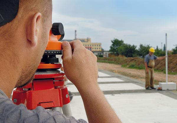 Určenie najvyššieho rohu základovej dosky nivelačným prístrojom alatou.