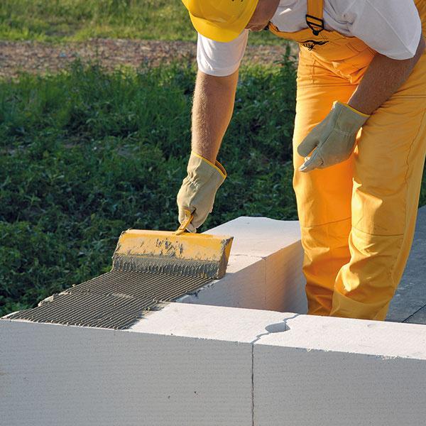 Murárska malta sa po očistení povrchu prvého radu nanáša murárskou lyžicou.