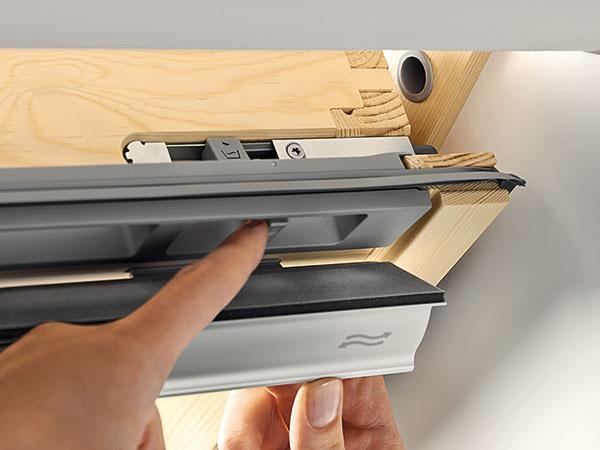 Drevené jadro chráni vodoodolná polyuretánová vrstva, okná sú teda vhodné aj do miest-ností s vysokou vlhkosťou, ako sú kúpeľne a kuchyne.