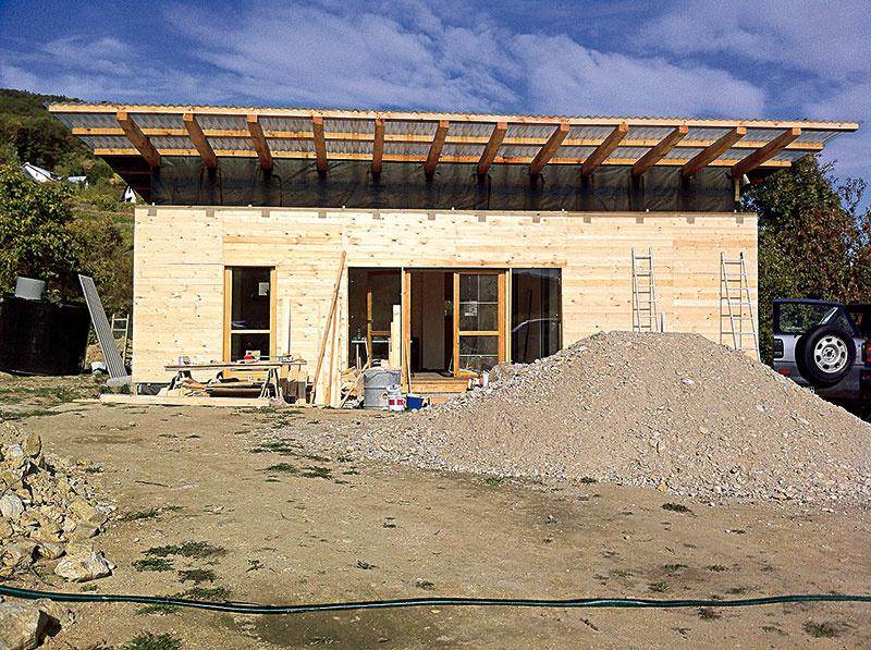Ofasáde bolo rozhodnuté od začiatku. Drevom architekt pri obvodových konštrukciách začal, drevom zo sibírskeho smreka skončil.