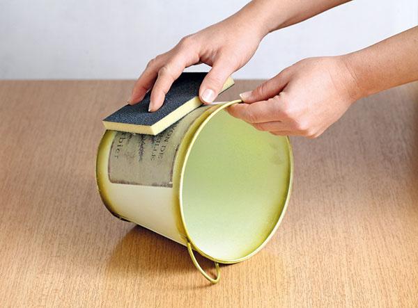 1Vedierko prebrúste brúsnou hubkou. Tak zdrsníte jeho povrch afarba lepšie chytí.
