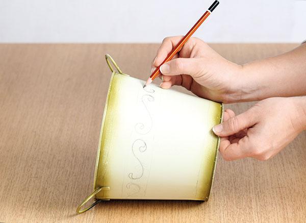 2Na vedierko nakreslite vzor. Ak si netrúfate kresliť ornament bez predlohy, tak si vzor vytlačte zinternetu aprekreslite ho cez kopírovací papier.