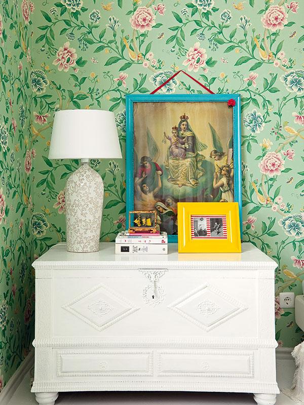 Rôznorodý nábytok získal vďaka vlastnoručnej úprave majiteľky istú jednotnosť aspolu svýraznými doplnkami vytvoril osobitý štýl jej bytu.