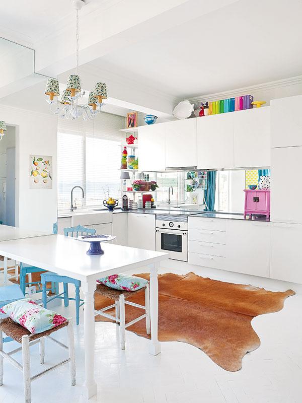 Biela mágia. Aby byt pôsobil svetlejším apriestrannejším dojmom, nielen steny apodlaha, ale aj stôl, kuchynské skrinky aspotrebiče sú biele.