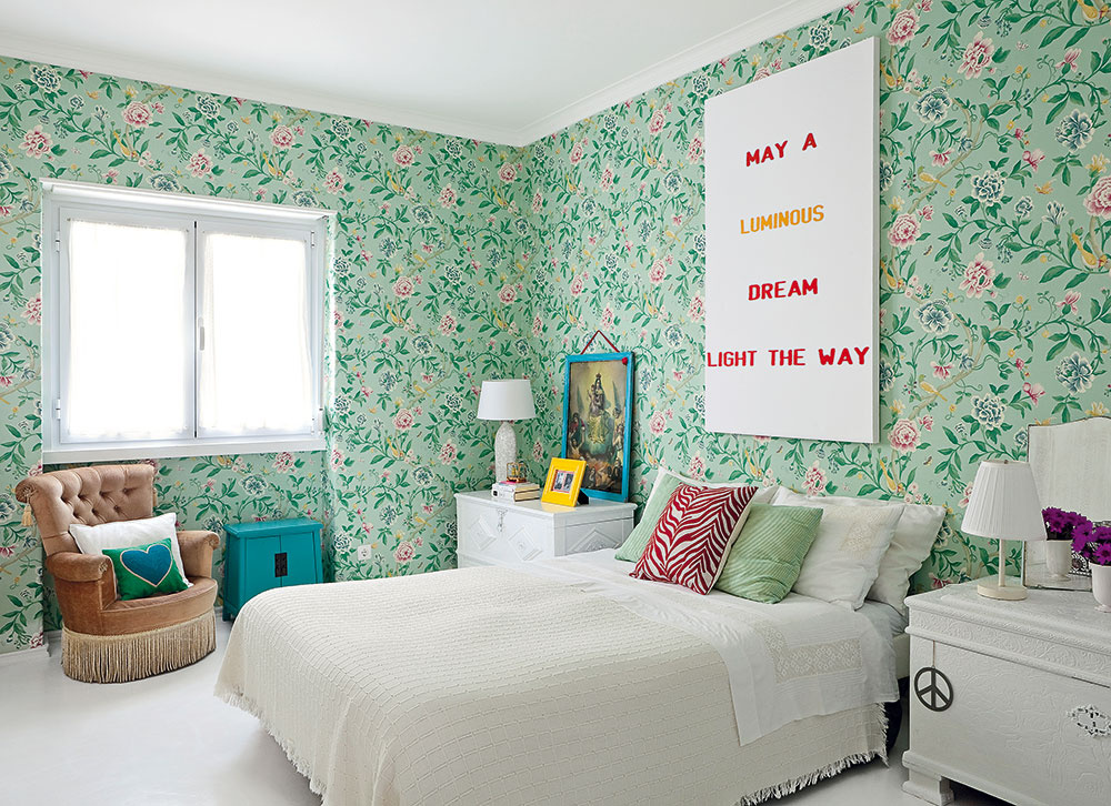 Nezvyčajné kombinácie dávajú tomuto bytu zvláštny, azároveň charakteristický pôvab. Zelená tapeta sromantickými kvietkami sa vspálni stretla sklasickým nábytkom amodernými doplnkami.