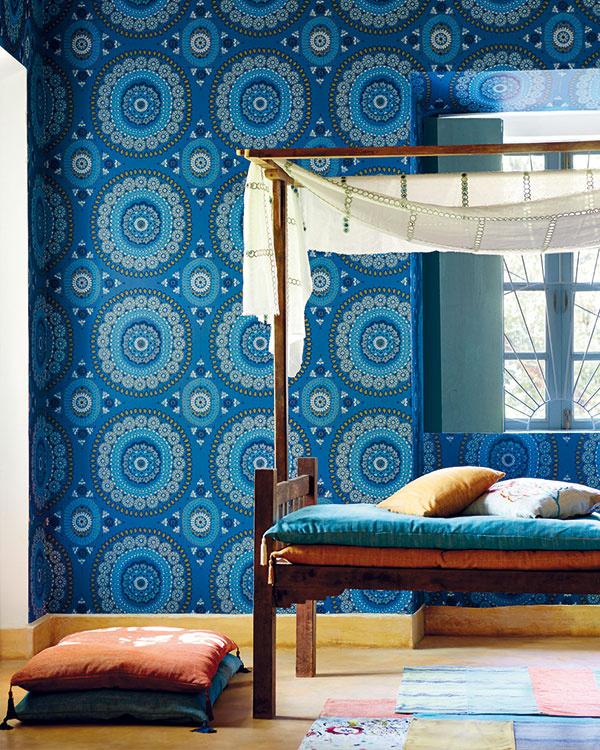 Eklektické tapety atextílie znovej kolekcie Harlequin Jardin Boheme sručne maľovanými aduplikovanými vzormi možno skvelo doplniť ľahkými závesmi Reverie ztej istej kolekcie. (Predáva Cymorka Interior Design.)