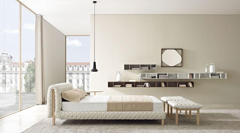 Brilantná transformácia klasického čalúnenia a drevených rámov na moderný dizajn. Tým sa vyznačujú nežné krivky postele Ruché od Ingy Sempé, ktoré sú vkusným spojením tradičných postelí s čelami s jednoduchými modernými tvarmi. (Predáva Ligne Roset.)