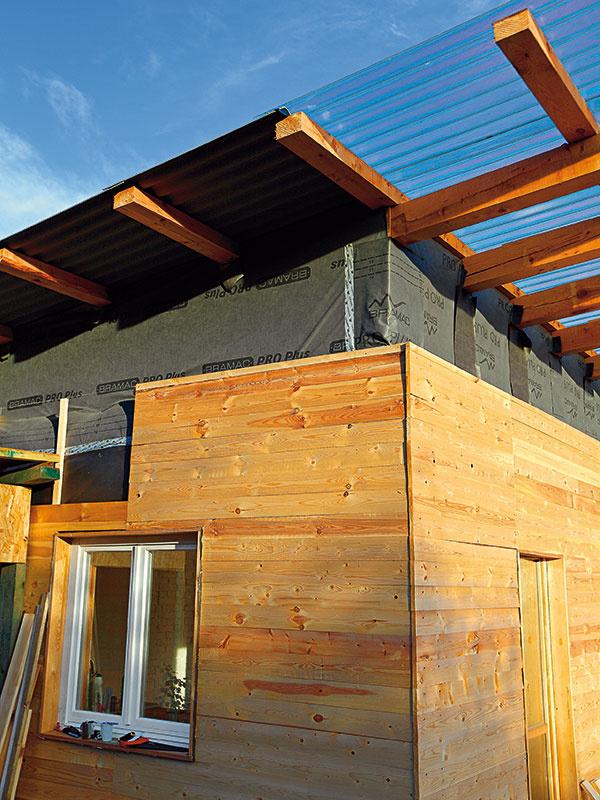Strecha pozostáva zdvoch častí – priehľadnej anepriehľadnej. Vďaka priehľadnému presahu strechy vzniká tieň, ktorý najmä vletných mesiacoch bráni slnku, aby dom prehrievalo. Vzime, keď je slnko nižšie, sa zas dom prirodzene zohrieva.