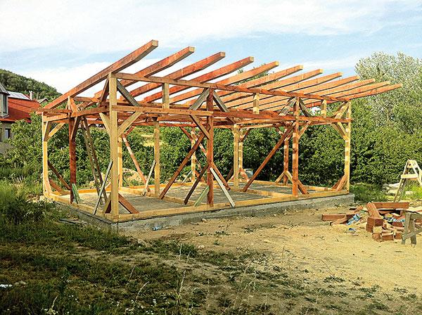 Strecha nevyzerá mohutne, za čo vďačí zúženým, zrezaným ukončeniam trámov, ktoré ju držia.