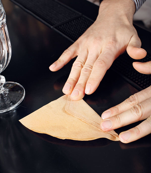 Papierový filter zahnite vmieste spoja tak, aby tvarom čo najlepšie kopíroval tvar drippera.