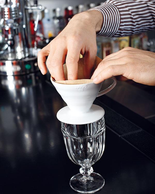 Usaďte dripper na šálku. Môže byť akákoľvek, dôležité je len to, aby na nej dripper pevne sedel abola dostatočne veľká na stanovené množstvo kávy. Filter otvorte avložte ho do drippera.