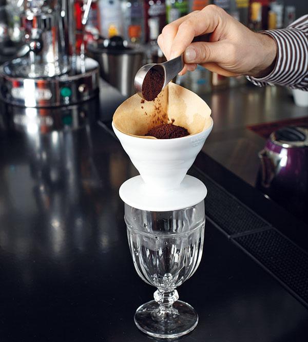 Nasypte potrebné množstvo kávy ajemne ju pokvapkajte horúcou vodou – káva tým napučí auvoľní sa jej aróma.