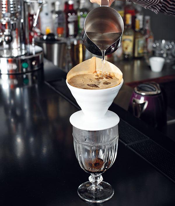 Počkajte 10 až 15 sekúnd akávu zalejte – vodu nalievajte rovnomerne na celú plochu kávy krúživým pohybom vtvare osmičky. Dripper by ste mali naplniť až po okraj.
