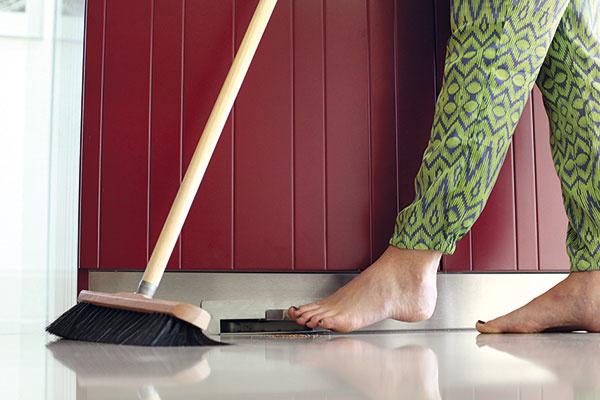 Štrbinová zásuvka. Zásuvka vsokli kuchynskej linky je náhradou za lopatku. Aktivujete ju pohodlne nohou. Stačí knej namiesť nečistoty zpodlahy aoporiadok sa opäť vpriebehu sekundy postará sacia jednotka.