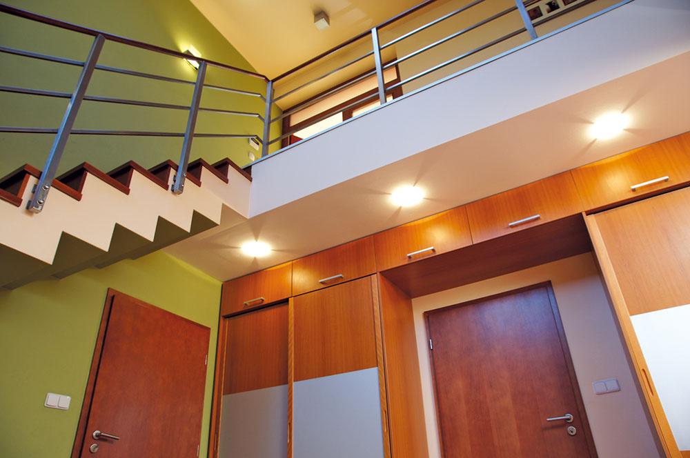 Srdcom domu prechádza schodisková hala, ktorú zhora príjemne osvetľuje svetlík. Vstavané skrine pod galériou ponúkajú potrebný úložný priestor.
