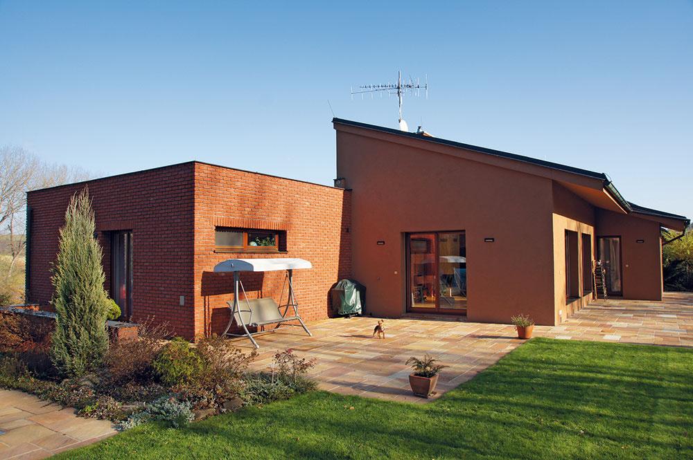 Manželia verili klasickým materiálom, dom si dali postaviť z pálenej tehly